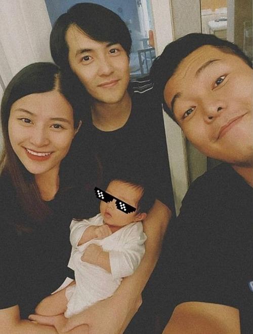 Vợ chồng Đông Nhi - Ông Cao Thắng đưa con gái Winnie một tháng tuổi đi tụ tập cùng hội bạn thân.