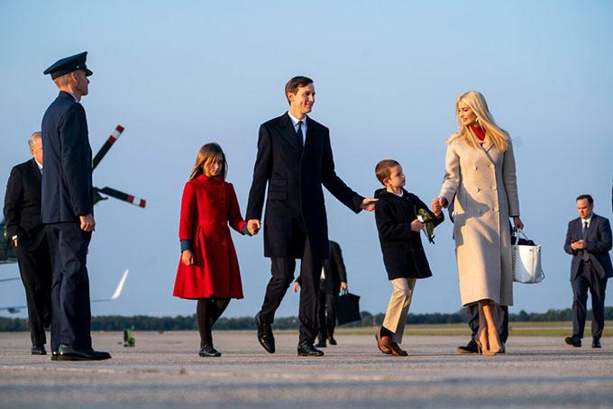 Ivanka Trump cùng chồng Jared Kushner và hai con xuất hiện tại New York hồi tháng 9/2020. Ảnh: NYT.