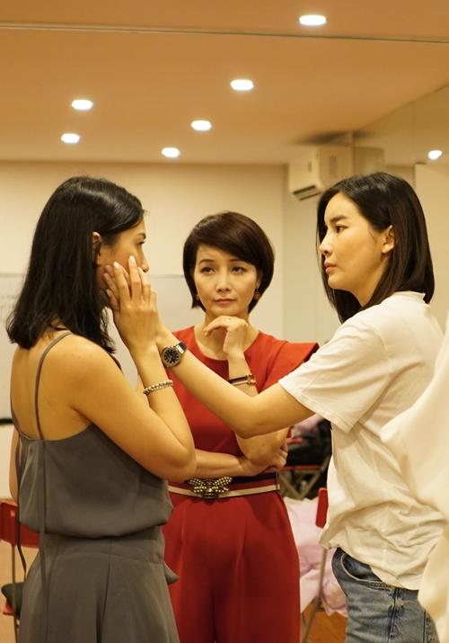 Đạo diễn Mai Thu Huyền quan sát buổi học của Cao Thái Hà.