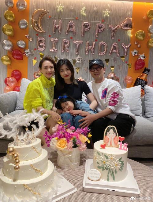 Chương Tử Di và Uông Phong bên con chung, con riêng ngày sinh nhật Quả Táo Nhỏ hôm 25/11.