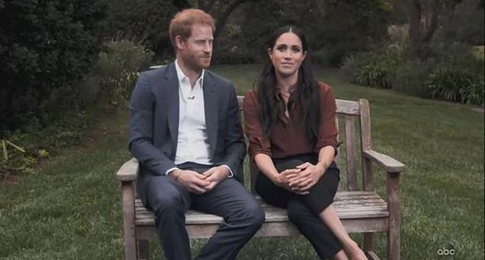 Harry và Meghan ngồi trong vườn của biệt thự mới tậu tại Santa Barbara hồi tháng 9. Ảnh: ABC.