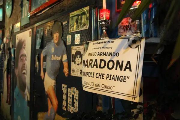 Maradona qua đời hôm 25/11/2020. Napoli đang khóc. Vĩnh biệt vị Chúa của bóng đá, tấm bảng ghi dòng chữ trên bức tường tưởng niệm ở Naples.
