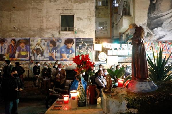 Tại Naples, Italy, nơi Maradona được coi là một vị Thánh, người yêu bóng đá cũng đổ ra đường bày tỏ niềm tiếc thương cựu danh thủ Argentina. Trong bối cảnh Covid-19 diễn biến phức tạp ở châu Âu, fan Napoli đeo khẩu trang, lặng lẽ tụ tập bên những khu vực tưởng niệm.