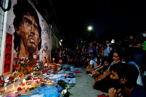 Không khí tang thương dường như bao trùm khắp quê hương của Maradona. Tổng thống Argentina tuyên bố sẽ để quốc tang ba ngày.