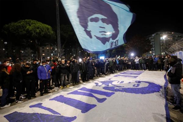 Fan Napoli mang theo lá cờ lớn in chân dung Maradona tụ tập bên ngoài sân nhà San Paolo. Chủ tịch CLB Napoli cho biết sẽ đổi tên sân thành tên Maradona.