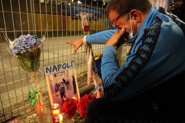Một CĐV lớn tuổi của Napoli khóc bên ngoài sân San Paolo, trước những bó hoa, nến và hình ảnh của huyền thoại một thời. Ông ấy là một biểu tượng, là người hùng của chúng tôi, một chàng trai trẻ cầm thẻ chứng minh rằng bố mẹ đã đặt tên anh là Diego Armando theo tên của thần tượng Maradona.