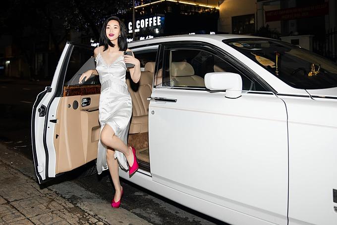 Đôi giày và màu son hồng fuchisia sẽ giúp Tống Diệu Hằng nổi bật trong đám đông dù chỉ diện một chiếc váy trắng hai dây đơn giản.