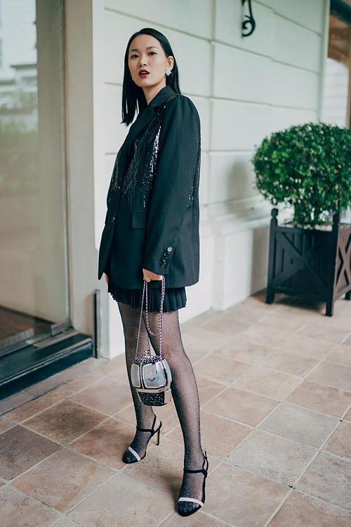 Khi diện trang phục đen hoặc trắng, để tổng thể không đơn điệu, fashionista 9X phối hợp thêm các phụ kiện như vòng cổ, hoa tai có kiểu dáng ấn tượng hay thắt thêm nơ, đính thêm lông vũ...