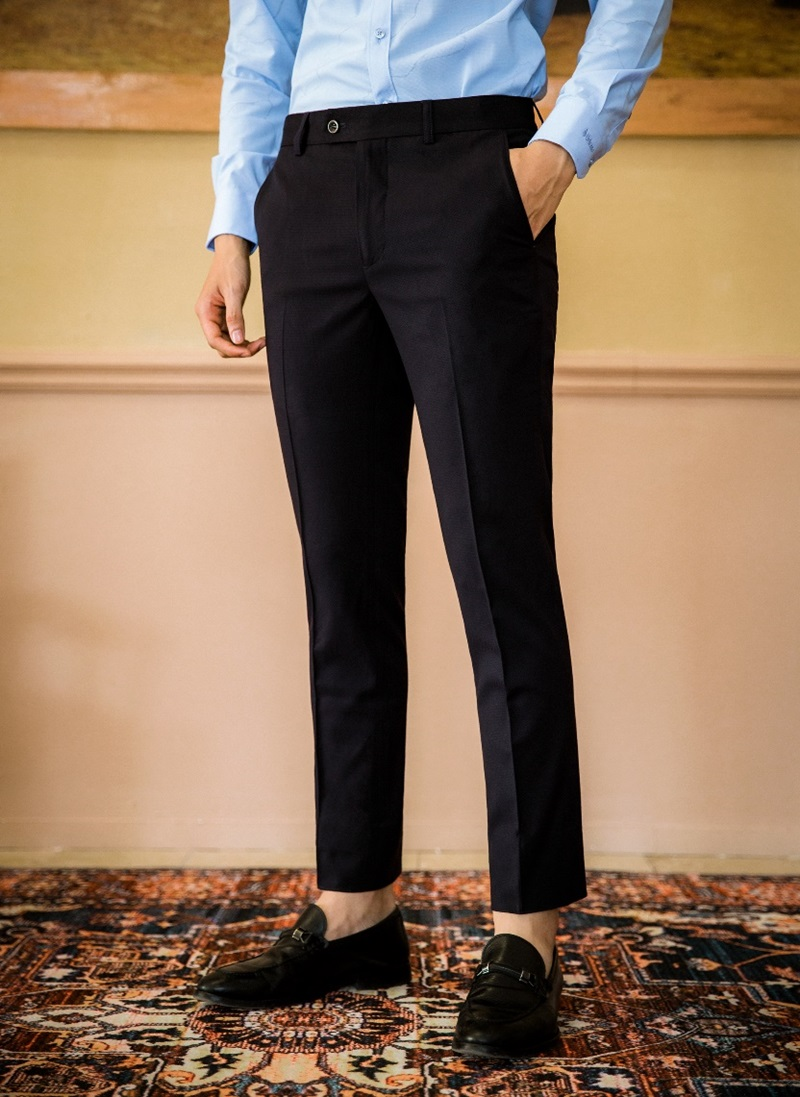 Quần âu super slim dáng đứng là thiết kế đột phá trong bộ sưu tập mới của Vulcano. Mặc đẹp, phù hợp với xu hướng thời trang có thể giúp phái mạnh thay đổi diện mạo, mang lại năng lượng tích cực và khiến họ tự tin hơn trong mắt người đối diện, ông Đỗ Hùng - Giám đốc Vulcano – cho biết. Xem chi tiết sản phẩm tại website, Fanpage hoặc gọi hotline 1900 633 065.