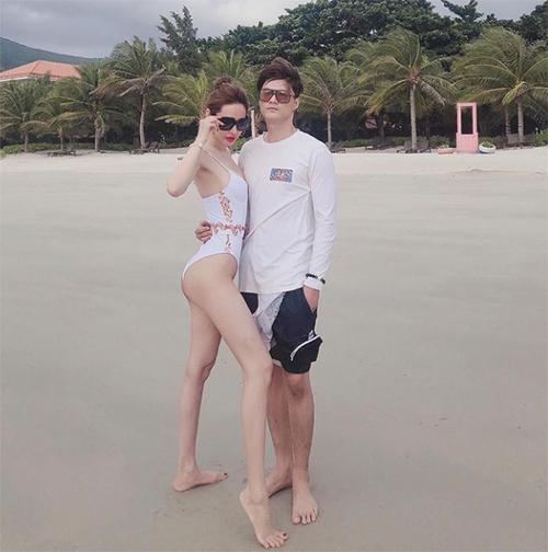 Vợ chồng Linh Chi - Lâm Vinh Hải tình tứ pose hình khi du lịch Côn Đảo.