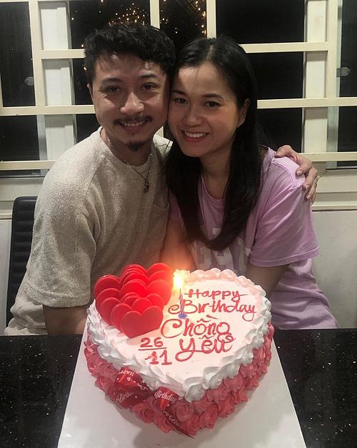 Hứa Minh Đạt đón tuổi 38 bên bà xã Lâm Vỹ Dạ.
