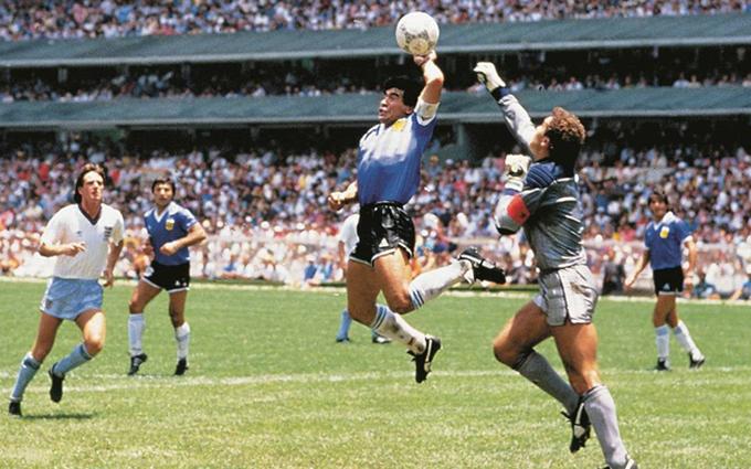 Maradona dùng tay ghi bàn vào lưới tuyển Anh ở World Cup 1986.