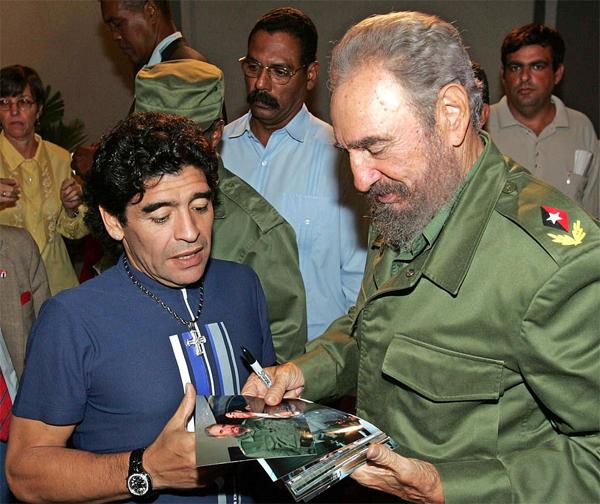 Maradona coi nhà cách mạng Cuba Fidel Castro như người cha thứ hai. Ảnh: AFP.