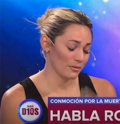 Vợ hụt Maradona khóc nức nở bên ngoài phủ tổng thống sau khi không được dự lễ tang gia đình. Ảnh: The Sun.