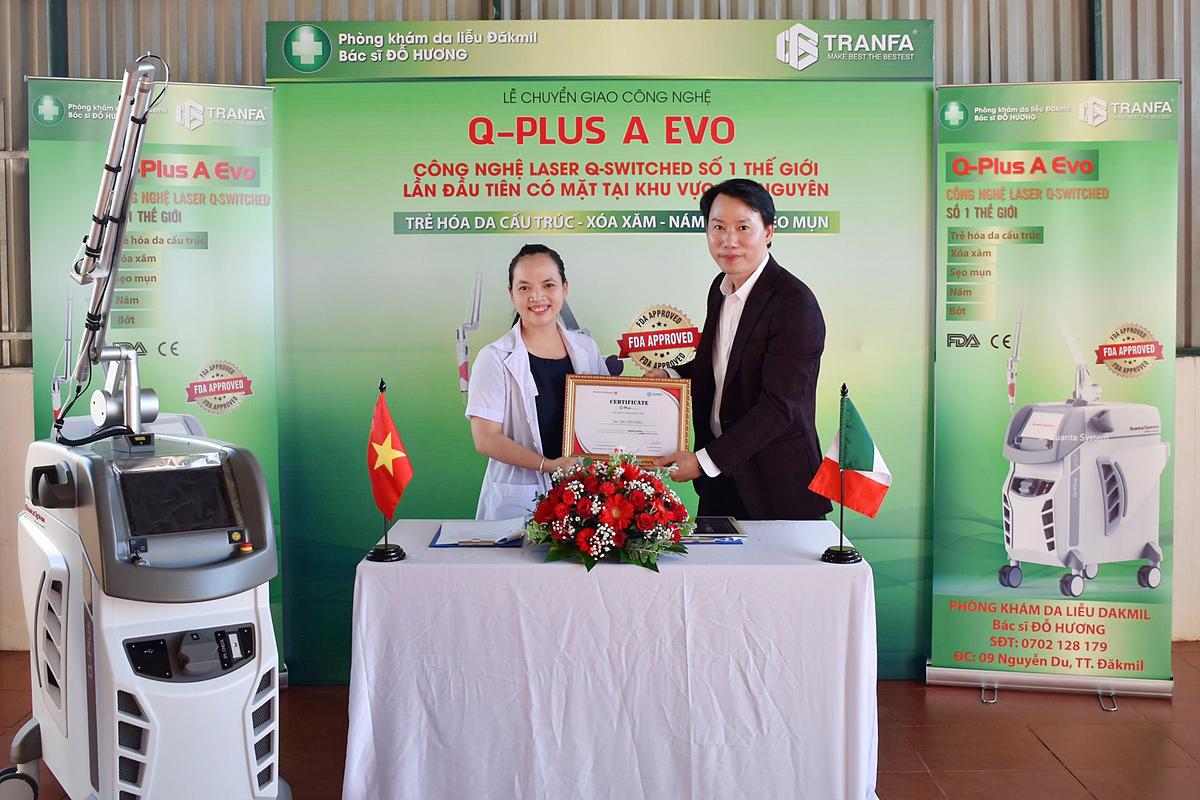 Ông Trần Minh Thành - CEO Công ty TNHH TMDV Tranfa chuyền giao công nghệ Q-Plus A EVO chính hãng cho Bác sĩ Đỗ Hương.