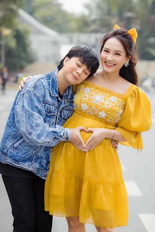 Bảo Thanh tiết lộ đang mang thai con gái trong ảnh chụp cùng Bảo Hân.