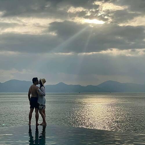Vợ chồng Trấn Thành - Hari Won tình tứ trên biển.