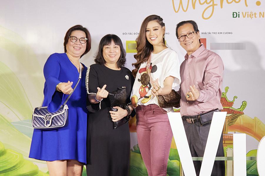 Hoa hậu đưa người thân gồm bố, mẹ (trái), bác Tư cùng đi event. Gia đình cô sinh sống tại TP HCM nên Khánh Vân thường xuyên về thăm nhà, ăn cơm cùng bố mẹ, anh chị.