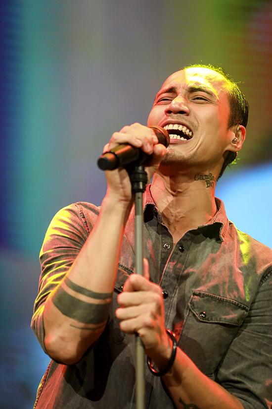 Ca sĩ Phạm Anh Khoa trong đêm nhạc 26/11.