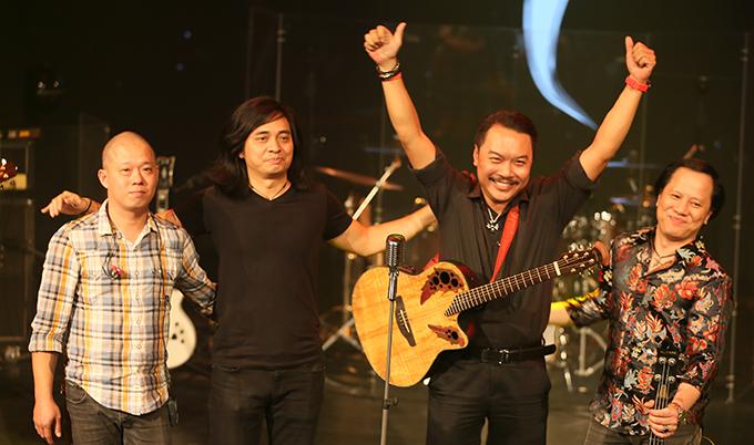 Guitarist Trần Tuấn Hùng (thứ hai từ trái sang) và các thành viên sáng lập Bức Tường tại buổi ra mắt album Con đường không tên hôm 26/11.