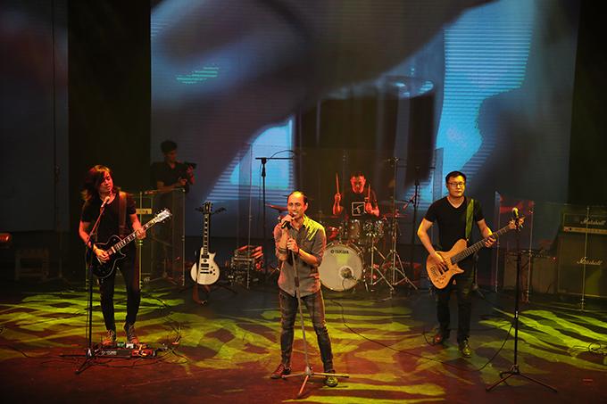 Phạm Anh Khoa đảm nhận vị trí hát chính của ban nhạc Bức Tường.