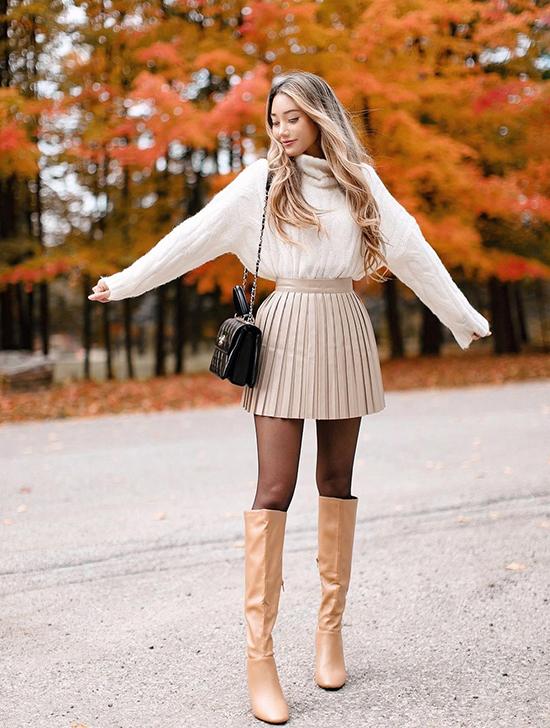 Nếu không thả suông hay nhét vạt phía trước, nàng có thể sơ vin áo gọn gàng cùng chân váy, giúp nhấn vào vòng eo và kéo dài đôi chân.