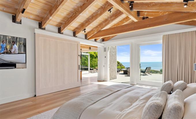 Ngôi nhà có bốn phòng ngủ, các phòng đều thiết kế cửa kính kịch trần để ngắm trọn vẹn cảnh biển và đón ánh sáng tự nhiên.