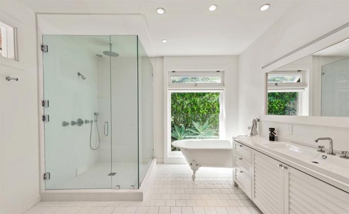 Một trong bốn phòng tắm kiểu spa.