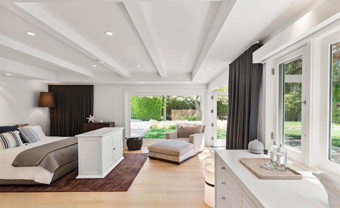 Một phòng ngủ rộng có không gian quyến rũ như resort nghỉ dưỡng.