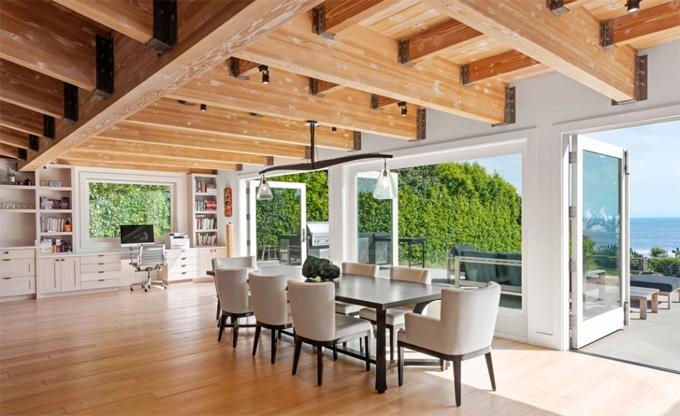 Phòng khách mở thông với bếp và phòng ăn tạo không gian thoáng đãng.