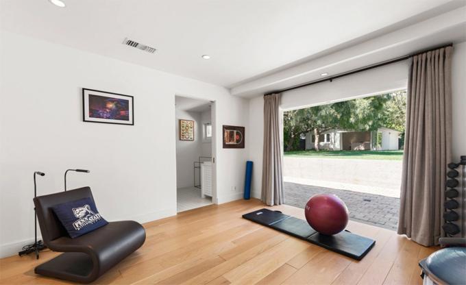 Ngoài những căn phòng chính, biệt thự mới của Avril còn có phòng tập thể dục, hầm rượu...