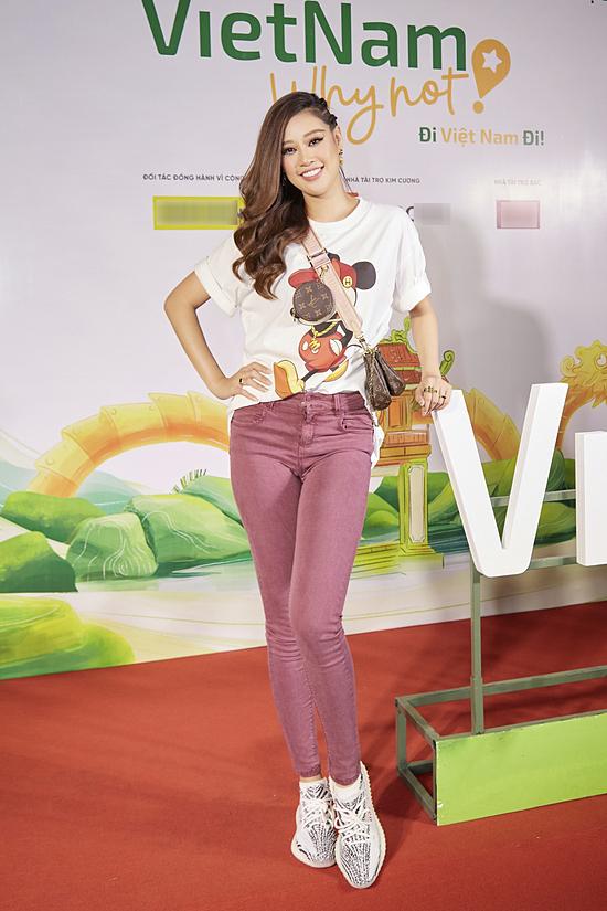 Khánh Vân chọn set đồ năng động, phối túi hiện Louis Vuitton làm điểm nhấn.