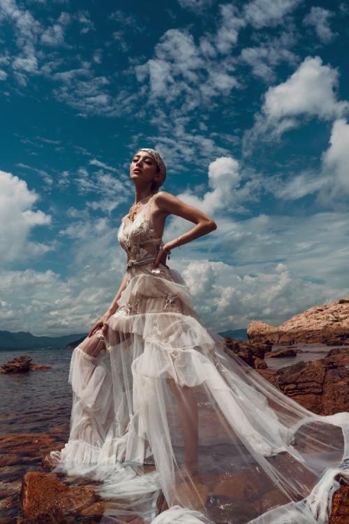 Nữ diễn viên Hong Kong chia sẻ: Mong rằng qua loạt ảnh này, mọi người có thể cảm nhận được sức mạnh kỳ diệu của thiên nhiên, thiên nhiên là nguồn cảm hứng cho cuộc sống của chúng ta như thế nào. Tất cả trong chúng ta đều giống như thiên nhiên, với vẻ ngoài nguyên sơ với những khiếm khuyết, nhưng đồng thời cũng mang một vẻ đẹp riêng.
