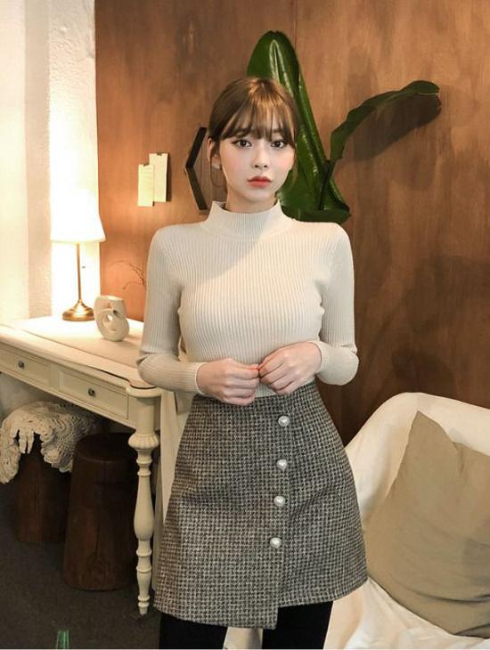 Combo áo dệt kim cổ lọ, chân váy vải tweed vừa giữ ấm vừa tôn nét gợi cảm là xu hướng được ưa chuộng ở mùa thu đông năm nay.