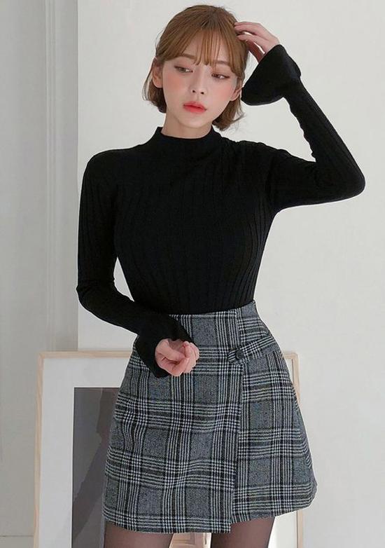 Một phần quan trọng khi diện chân váy ngắn cùng áo dệt kim ở ngày đầu đông là phái đẹp nên chọn thêm quần vớ để hoàn thiện set đồ.