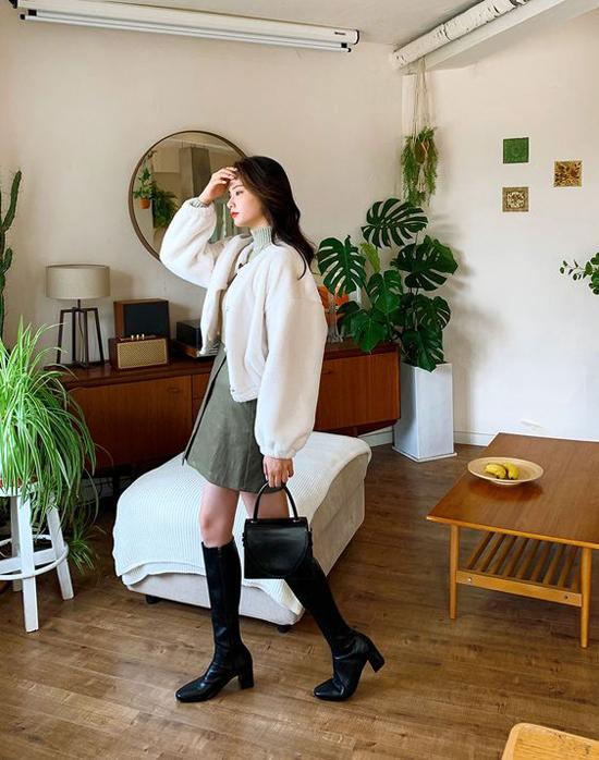 Jacket dáng lửng cũng là trang phục đánh dấu sự trở lại ở xu hướng năm nay. Với các mẫu áo này, phái đẹp có thể mix cùng chân váy chữ A dáng ngắn, bốt cổ cao để giúp mình trẻ trung khi xuống phố.