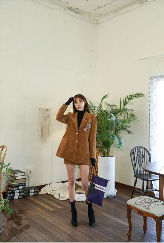 Set đồ đầu đông cho các nàng mê diện suit thanh lịch nhưng vẫn muốn khoe dáng sexy với áo blazer đồng điệu cùng chân váy ngắn.