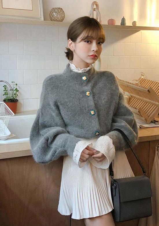 Áo bloue, chân váy xếp ly dáng ngắn của mùa hè vẫn có thể tận dụng để lên đồ ngày đông đúng mốt khi sử dụng thêm áo len lông ấm áp.