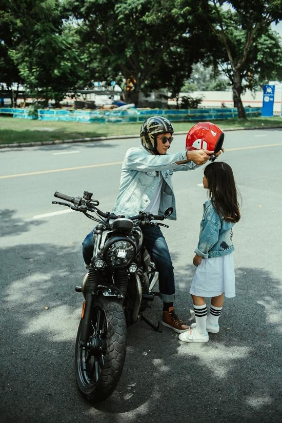 Hoàng Bách hạnh phúc khi con gái bộc lộ năng khiếu âm nhạc từ nhỏ. Anh hỗ trợ Meo Meo hoàn thành bài hát và đầu tư thực hiện MV chỉn chu.