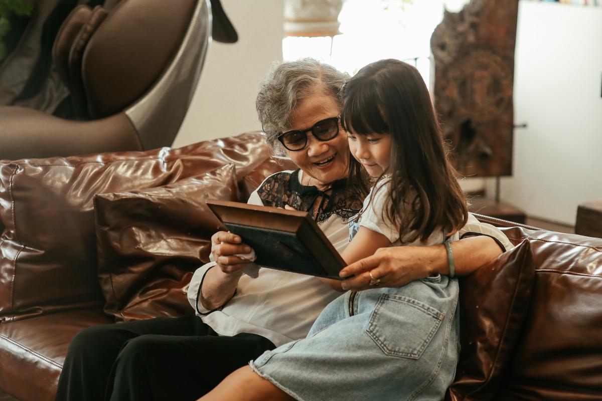Meo Meo quây quần bên bà nội ôn lại những khoảnh khắccủa gia đình.