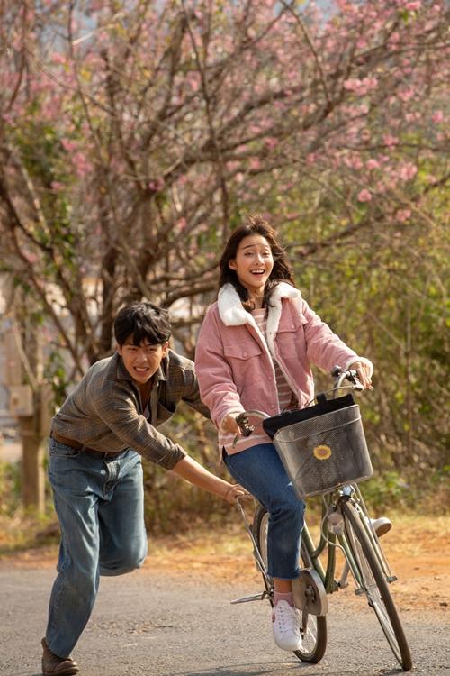 Cảnh phim hài hước Quốc Anh đẩy xe đạp cho Khả Ngân trong Bí mật của gió.
