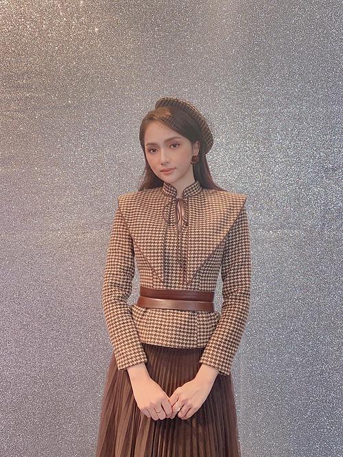 Hoa hậu Hương Giang hóa tiểu thư dịu dàng trong trang phục mới nhưng fan lo lắng cho vóc dáng gầy gò của nữ ca sĩ và khuyên cô tích cực ăn uống nghỉ ngơi để tăng cân.