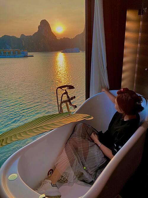 Hari Won gọi khoảnh khắc ngồi trong bồn tắm ngắm mặt trời mọc ở vịnh Hạ Long là một trải nghiệm ở thiên đường.