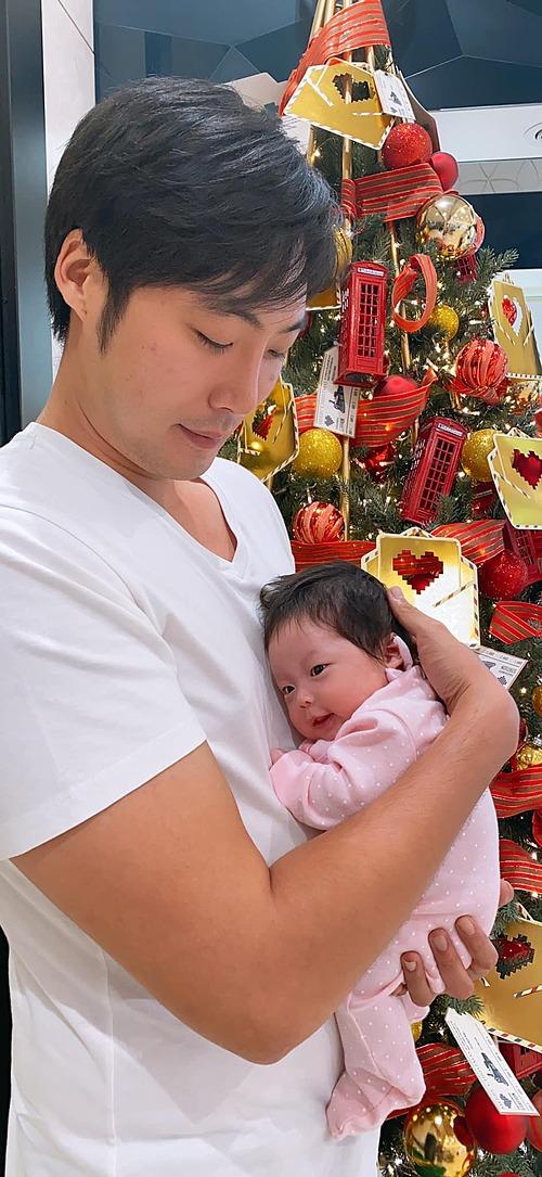 Chồng ca sĩ Pha Lê chụp ảnh kỷ niệm Noel đầu tiên cùng con gái.