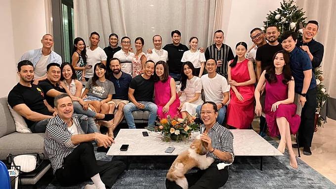 Vợ chồng Tăng Thanh Hà bên những người bạn.