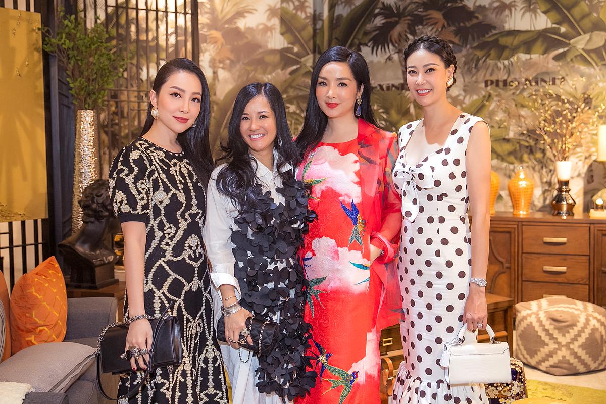 Đây là sự kiện khai trương của doanh nhân Dương Quốc Nam - một người bạn thân thiết nên bốn mỹ nhân đều dành thời gian ra Nha Trang tham dự. Sự xuất hiện của họ trở thành tâm điểm của event.