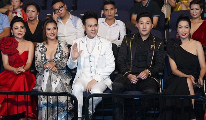Cát Tường (thứ hai từ trái qua) mặc mát mẻ đi sự kiện tối 28/11. Cô ngồi gần ca sĩ Nguyên Vũ - trưởng ban giám khảo Hoa khôi Doanh nhân - Gương mặt ảnh bìa 2020. Người mẫu Nam Phong (thứ hai từ phải qua) và á hậu Trịnh Kim Chi cũng dự chương trình này.