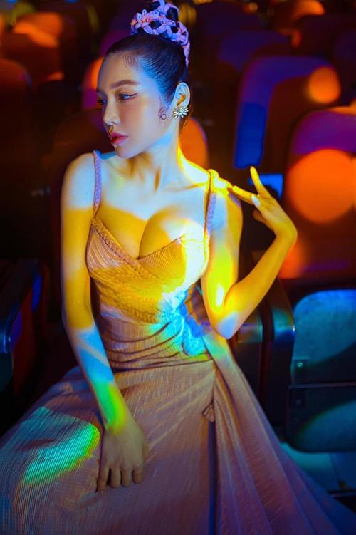 Elly Trần diện váy xẻ ngực sâu tôn vòng một khủng.