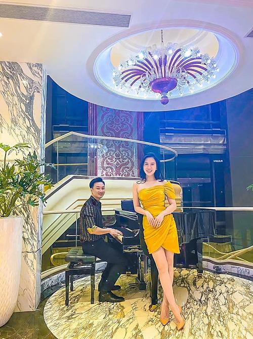 Vợ chồng MC Thành Trung tranh thủ pose hình khi trốn con đi hẹn hò như thời son rỗi. Vóc dáng thon gọn của Ngọc Hương nhận được nhiều lời khen của khán giả.