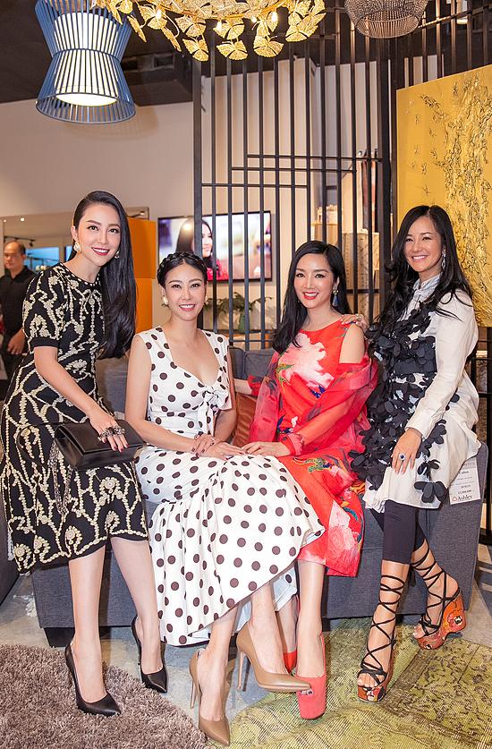 Ở độ tuổi ngoài 40, các mỹ nhân Hồng Nhung, Giáng My, Hà Kiều Anh (từ phải qua) vẫn giữ được nhan sắc trẻ trung, rạng rỡ.